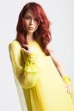 Miedzianowłosa dziewczyna w długiej eleganckiej kolor żółty sukni Zdjęcia Royalty Free