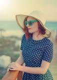 Miedzianowłosa dziewczyna w kapeluszu i okularach przeciwsłonecznych zdjęcie stock