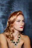 Miedzianowłosa dziewczyna z cyzelującymi cheekbones Zdjęcia Royalty Free