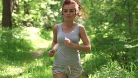 Miedzianowłosa kobieta na bieg Dziewczyna ogląda jej zdrowie i postać swobodny ruch zbiory wideo