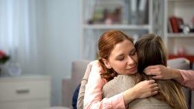 Miedzianowłosy żeński przytulenie przyjaciel, czuli uczucia, przyjaźni poparcie, miłość zdjęcie royalty free