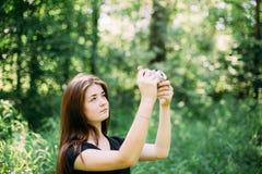 Miedzianowłosy Kaukaski dziewczyny młodej kobiety fotograf Bierze obrazkom Starą Retro rocznika filmu kamerę Obraz Stock
