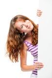 Miedzianowłosy piękny dziewczyny zerkanie out od plakata za Zdjęcia Stock