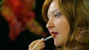 Miedzianow?osa aktorka w przebieralni robi wargi makeup czerwona glosa przygotowywa i?? na scenie zbiory wideo