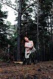 Miedzianowłosa dziewczyna w drewnach Fotografia Royalty Free
