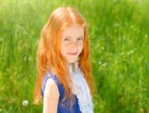 Miedzianowłosa dziewczyna w pogodnym ogródzie Zdjęcie Royalty Free