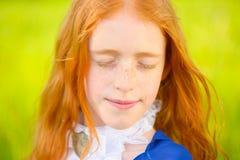 Miedzianowłosa dziewczyna w pogodnym ogródzie Fotografia Stock