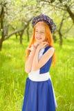Miedzianowłosa dziewczyna w pogodnym ogródzie Fotografia Royalty Free