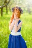 Miedzianowłosa dziewczyna w pogodnym ogródzie Zdjęcia Royalty Free