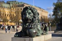 Miedziany łgarski lew z piłką w swój łapie zdjęcia royalty free