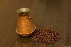Miedziany cezve dla kawy z kawowymi fasolami Zdjęcia Stock
