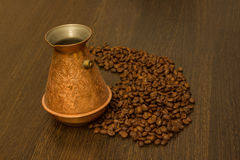 Miedziany cezve dla kawy z kawowymi fasolami Zdjęcie Stock