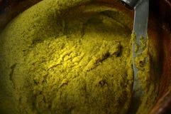 Miedziany kocioł z żółtą polentą, typowy naczynie od Północnego Włochy robić z kukurydzaną mąką - włoski karmowy pojęcie zdjęcie royalty free