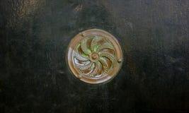 Miedziany round talerz na zielonym kruszcowym drzwi obraz stock
