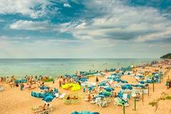 Miedzyzdroje/波兰- 07 11 2011年:晒日光浴许多沙滩的人,游泳在海,放松 库存照片