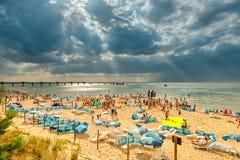 Miedzyzdroje/波兰- 07 11 2011年:晒日光浴许多沙滩的人,游泳在海,放松 免版税库存图片