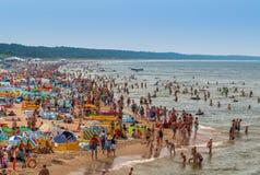 Miedzyzdroje-Polen - fullsatt strand i sommar Royaltyfria Bilder