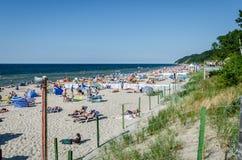 Miedzyzdroje, Polonia 19 de julio de 2014: los beachgoers no identificados toman el sol en una playa Fotos de archivo libres de regalías
