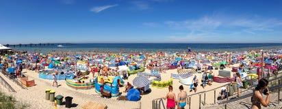 Miedzyzdroje, Polonia 19 de julio de 2014: los beachgoers no identificados toman el sol en una playa Imagen de archivo