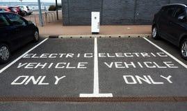 Miejsca do parkowania rezerwujący dla elektrycznych pojazdów tylko zdjęcie royalty free