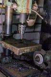 Miejsca pracy locksmith wiertnicza maszyna gogle, ostrzarz na tle Po praca bałaganu Zdjęcia Royalty Free