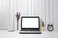 Miejsca pracy tło z Pustego bielu ekranu laptopu nowożytnym compu zdjęcie royalty free