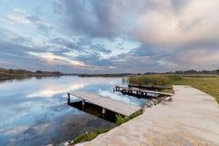 Miejsce dla łodzi na zadziwiającym nieba tle Zdjęcie Royalty Free