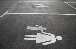 """Miejsce do parkowania dla matek i dzieci Znak na asfaltowym """"Mother i child† Podpisuje na ulicznym """"Mom i kid† Pieszy s obrazy royalty free"""