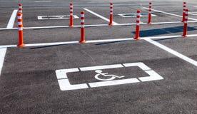 Miejsce do parkowania rezerwujący dla niepełnosprawnych kupujących Obrazy Royalty Free