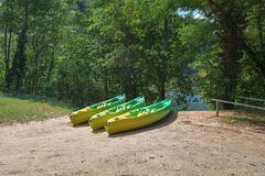 Miejsce dzierżawić kajaki wzdłuż rzeki Obrazy Royalty Free