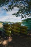 Miejsce dzierżawić kajaki wzdłuż rzeki Zdjęcia Stock