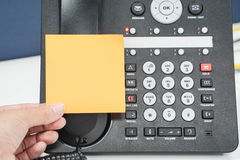 Miejsce egzamin próbny w górę kleistej notatki na IP telefonie w biurze Zdjęcie Stock
