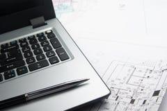 Miejsce pracy architekt Architektoniczny projekt, projekty, rolki i pastylka -, pióro, divider kompas na planach inżynieria fotografia stock