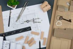 Miejsce pracy architekt - klucz z błyskotką w formie domu, drewniani bloki, budowa rysunki, konstruuje narzędzia Obrazy Royalty Free