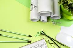 Miejsce pracy architekt - rolki i plany Obrazy Stock