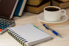 Miejsce pracy księgowy Kalkulator z notepad obok gorącej kawy rozweselać up Obrazy Royalty Free