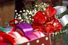 Miejsce pracy kwiaciarnia bukiet różnorodni kolorowi faborki i Obrazy Stock