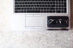 Miejsce pracy laptop, mądrze telefon, pióro i szkła -, zdjęcie royalty free