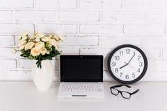 Miejsce pracy - laptop z pustym ekranem, biuro zegar, szkła i fotografia stock