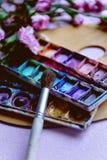 Miejsce pracy menchia goździki i artysta farby muśnięcie Zdjęcia Royalty Free