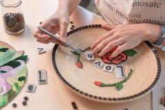 Miejsce pracy mozaika mistrz: kobieta wręcza kłaść out mozaika element na stole Obraz Royalty Free