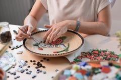 Miejsce pracy mozaika mistrz: kobieta wręcza kłaść out mozaika element na stole Obrazy Royalty Free