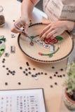 Miejsce pracy mozaika mistrz: kobieta wręcza kłaść out mozaika element na stole Fotografia Royalty Free