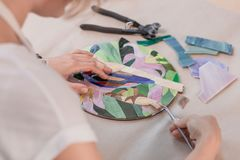 Miejsce pracy mozaika mistrz: kobiety ` s wręcza mienia narzędzie dla mozaika szczegółów w trakcie robić mozaice Fotografia Royalty Free