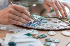 Miejsce pracy mozaika mistrz: kobiety ` s wręcza mienia narzędzie dla mozaika szczegółów w trakcie robić mozaice Obraz Royalty Free