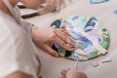 Miejsce pracy mozaika mistrz: kobiety ` s wręcza mienia narzędzie dla mozaika szczegółów w trakcie robić mozaice Obrazy Royalty Free