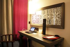 Miejsce pracy no jest w domu Biurko z laptopem i Internetowym dostępem zdjęcie royalty free