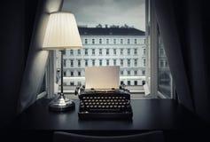 Miejsce pracy pisarz, dziennikarz, twórca Stary maszyna do pisania i lampa na stole styl retro Pojęcie na naukowym, zdjęcie royalty free