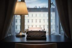 Miejsce pracy pisarz, dziennikarz, twórca Stary maszyna do pisania zdjęcia stock