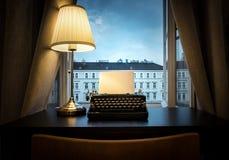 Miejsce pracy pisarz, dziennikarz, twórca Stary maszyna do pisania zdjęcia royalty free